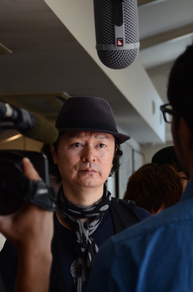 佐野氏のインタビューの様子01